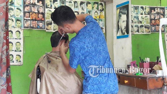 Jelang Lebaran, Lokasi Pangkas Rambut di Bogor Ramai Didatangi Warga