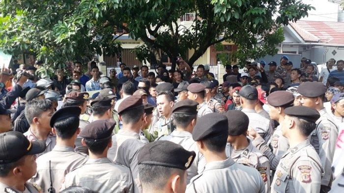Nyaris Ricuh, Puluhan Massa Lempari Kantor Panwaslu Kabupaten Bogor Pakai Telur