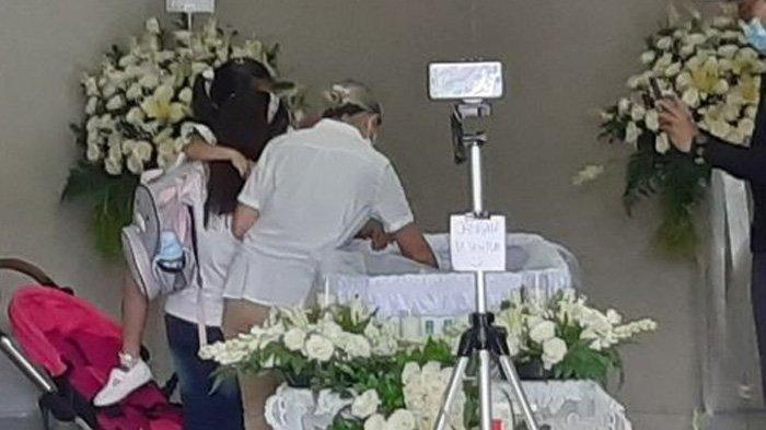 Tiba di Rumah Duka, Tangis Anak-anak Joanna Pecah Depan Jenazah Raditya Oloan, Si Bungsu Tunjuk Papa