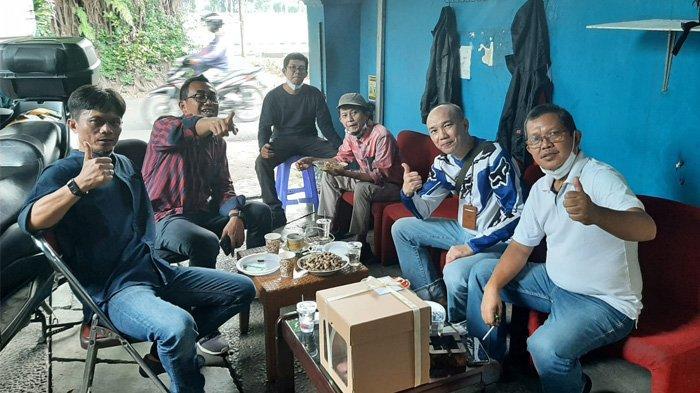 Para pimpinan TribunnewsBogor.com saat menikmati kebersamaan di HUT TribunnewsBogor.com yang ke-6, di Jalan Kresna Raya No.55, Perumahan Indraprasta, Kota Bogor, Jumat (1/10/2021)