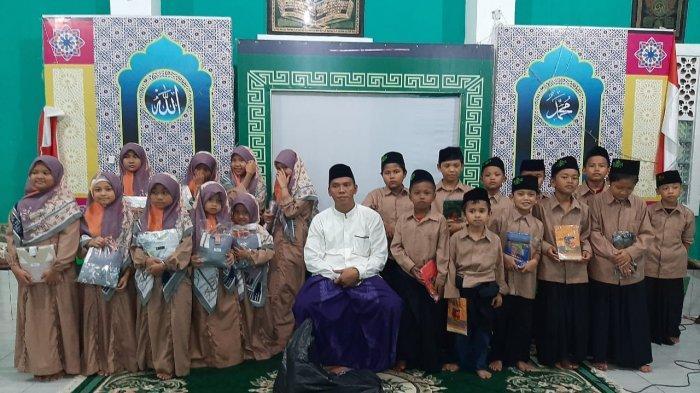 Para santri berfoto bersama Pimpinan Ponpes Sunanurrahman Kota Bogor, Ust Malik Rahman (dokumentasi foto ini sebelum masa pandemi Covid-19).