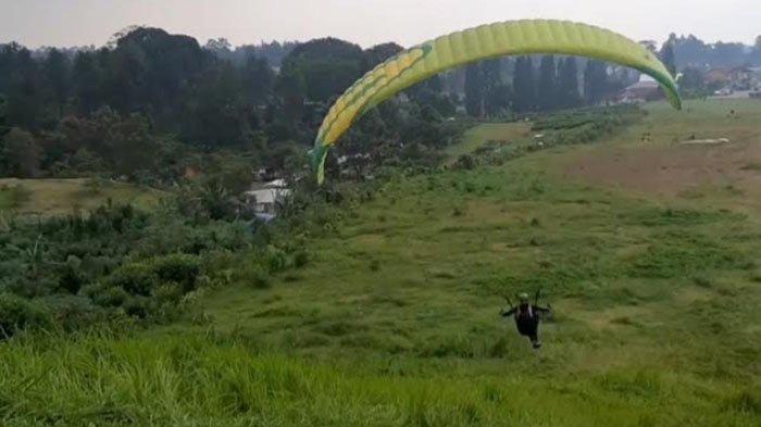 Serunya Ngabuburit Sambil Paralayang di Bukit Gantole Puncak Bogor