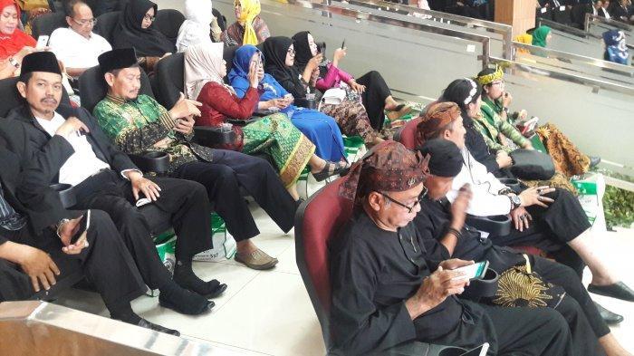 Rapat Paripurna Di Pemkab Bogor, Para Pejabat Kenakan Pakaian Adat Sunda