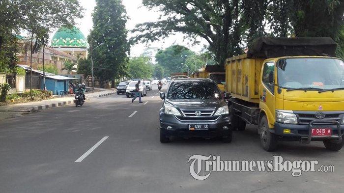 Kendaraan di Depan Kantor Dinas PUPR Kota Bogor Diparkir Sampai 2 Baris, Kalau Sore Sering Macet