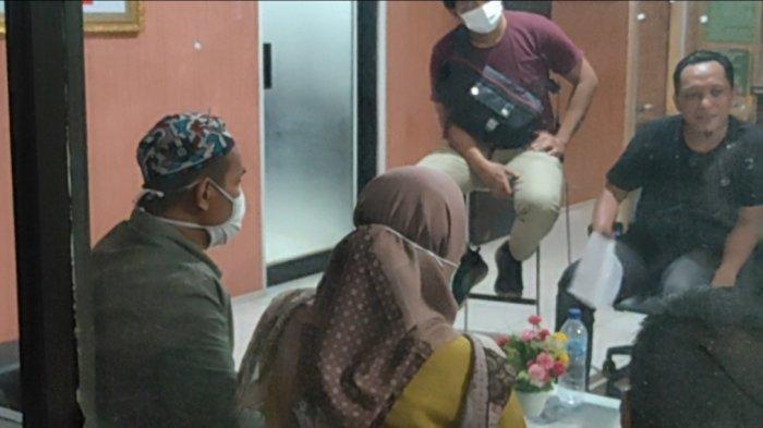 Pasangan Bukan Suami Istri Saat Dimintai Keterangan di Polsek Tapin Utara.