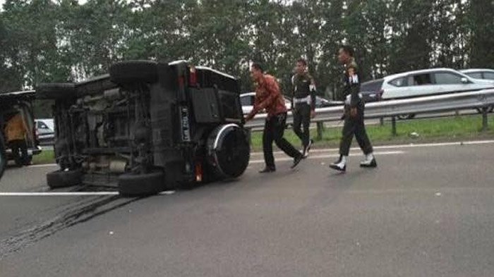 Bagini Suasana di Tol Jagorawi Saat Mobil Paspampres Terguling Usai Tabrak Fortuner yang Mogok