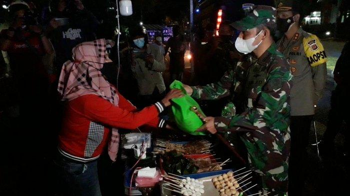 Patroli Aparat Gabungan Kabupaten Bogor, PKL yang Kepergok Jualan Dikasih Sembako