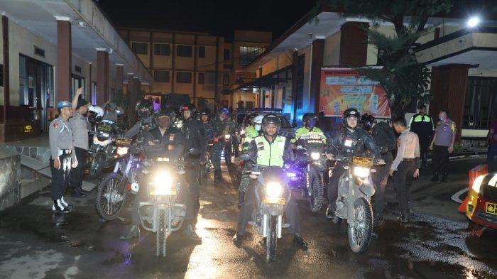 Patroli Malam, Polisi dan TNI di Kota Bogor Semprot Disinfektan Pakai Water Canon