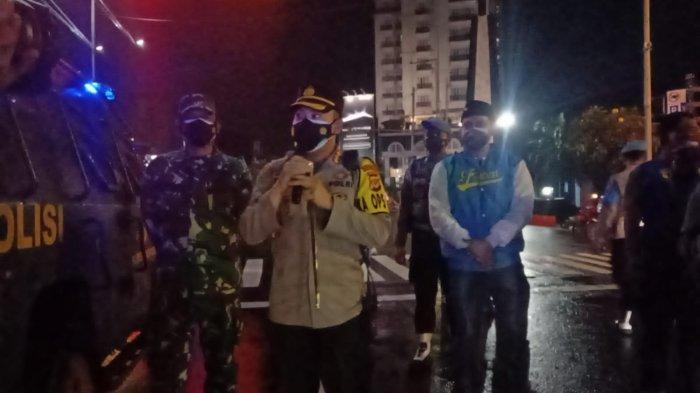 Patroli Gabungan, TNI-Polri Gandeng Ojol dan Pemuda Bagikan Sembako Kepada yang Membutuhkan