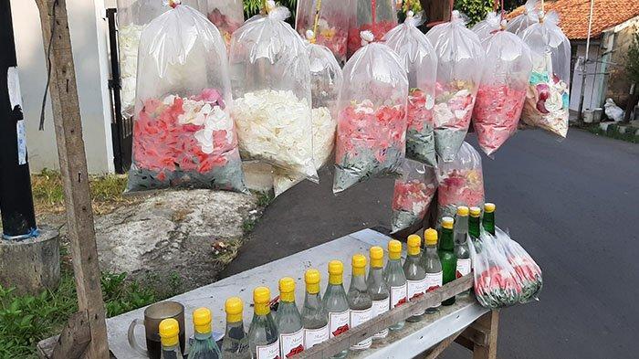 Cerita Pedagang Kembang di TPU Pondok Rajeg Berjualan pada Hari Pertama Lebaran : Kami Dapat Rezeki