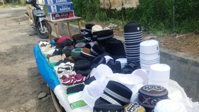 H-1 Jelang Lebaran, Pedagang Kopiah Berjajar Di Jalan Pemuda Bogor