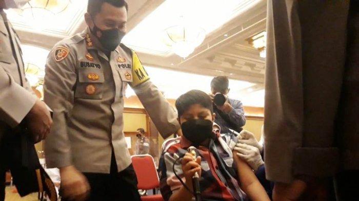 Pegang Tongkat Komando Milik Kapolresta Bogor Kota, Siswa SD Berani Disuntik Vaksin Covid-19