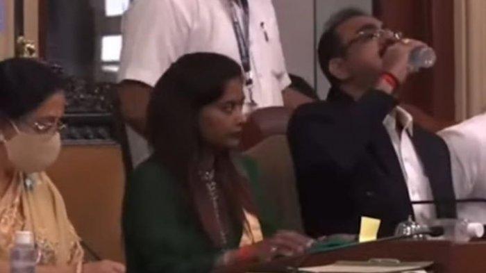 Sedang Rapat Umum, Pejabat di India Ini Tak Sengaja Minum Hand Sanitizer