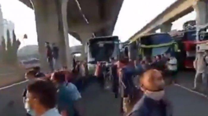 Beredar Video Diduga Penyekatan Larangan Mudik, Ratusan Pekerja Protes, Ini Fakta Sebenarnya