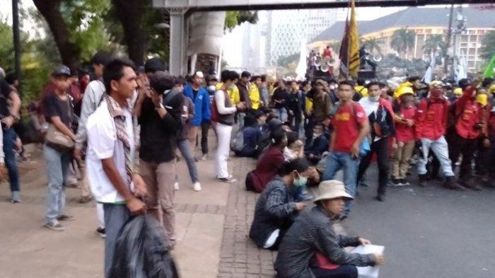 Mahasiswa dan Buruh Demo, Pelajar Bantu PPSU Punguti Sampah