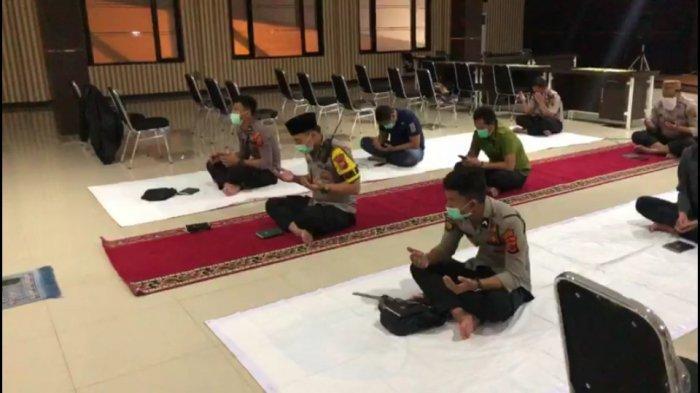 Gelar Tahlilan untuk Ibunda Jokowi, Anggota Polisi di Bogor Jaga Jarak