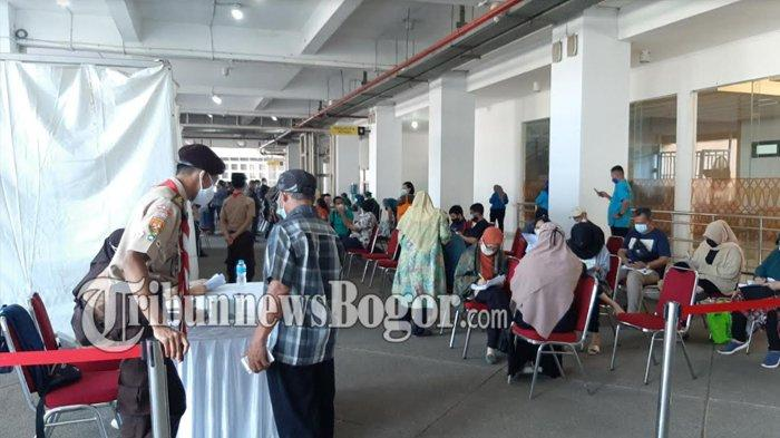5.000 Orang di Suntik Vaksin Astrazeneca di Stadion Pakansari Bogor