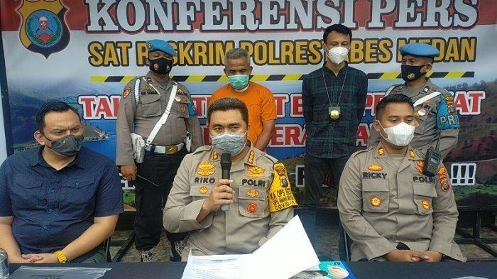 PELAKU pembunuhan driver ojol perempuan, Fitri Yanti (45) yang dilakukan suaminya Fery Pasaribu (49) akhirnya dibawa ke Mapolrestabes Medan, Kamis (24/9/2020).