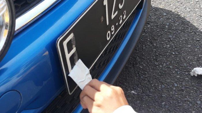 Pelat nomor kertas atau palsu yang dimodifikasi dengan menggunakan double tape, di Simpang Gadong, Sabtu (11/9/2021).