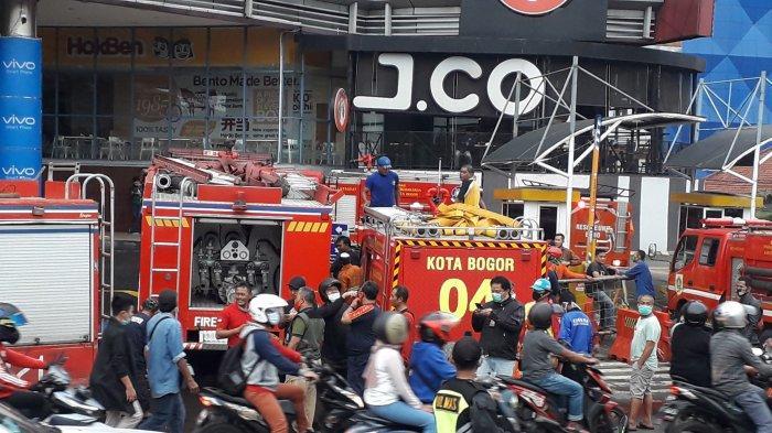 Pemadam kebakaran Kota Bogor lakukan pemadaman di Mal BTM yang terbakar
