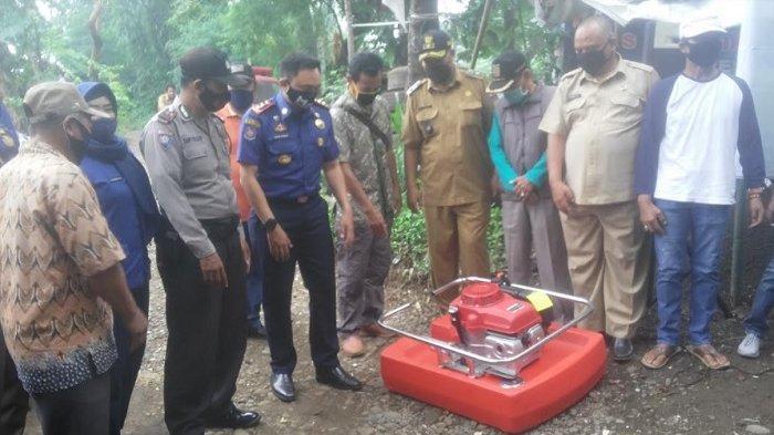Antisipasi Kebakaran Dan Bencana Banjir, Damkar Sumbang Pompa Apung Ke Kampung Bebek