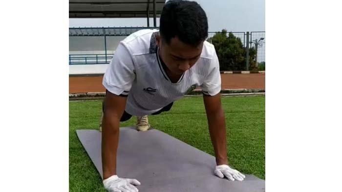 Pemain dan Ofisial Tim Persikabo 1973 Gunakan Sarung Tangan saat Latihan