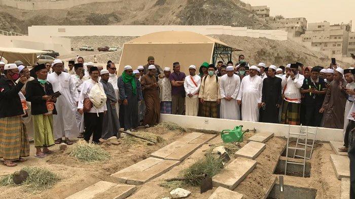 Foto-Foto Shalat Jenazah Serta Pemakaman Mbah Moen di Pemakaman Ma'la, Diiringi Ratusan Jemaah