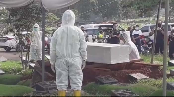pemakaman Rina Gunawan, Teddy Syach lantunkan azan dekat peti jenazah istri
