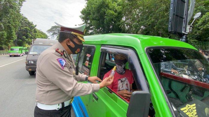 Ajak Warga Kota Bogor Patuhi Protokol Kesehatan, Satlantas Polresta Bogor Kota Bagi-bagi Masker
