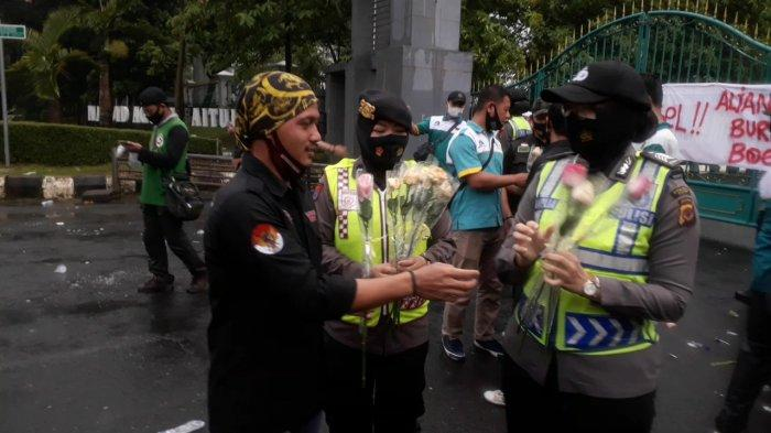 Unjuk Rasa Tolak UU Cipta Kerja di Cibinong Tertib, Demonstran Diberi Bunga oleh Polwan