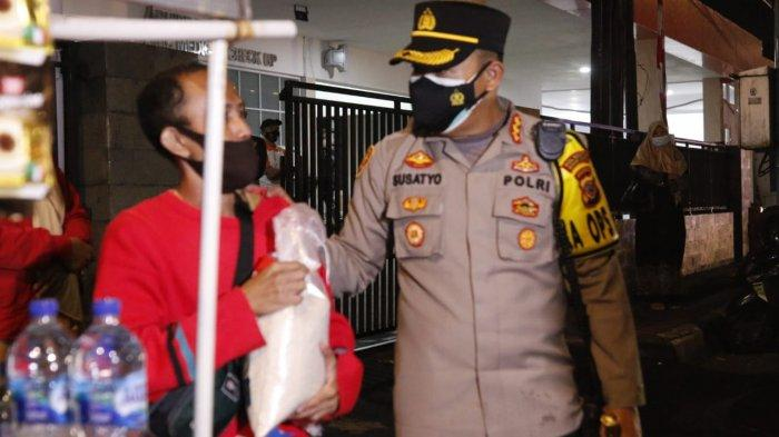 Jelang Tengah Malam, Penjual Kopi Gerobak Kaget Didatangi Polisi, Ternyata Diberi Beras