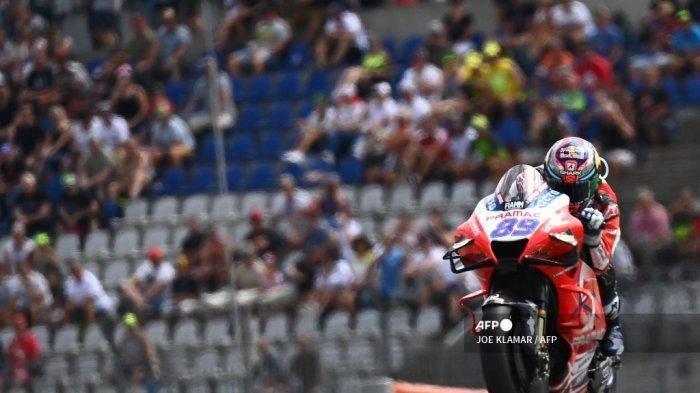 Pembalap Ducati-Pramac Spanyol Jorge Martin mengarahkan motornya ke posisi pertama pada sesi kualifikasi jelang Styrian MotoGP di trek balap Red Bull Ring di Spielberg, Austria pada 7 Agustus 2021.