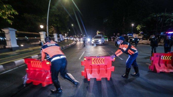 Satgas Penanganan Covid-19 Kota Bogor memberlakukan pembatasan mobilitas masyarakat di tengah meningkatnya kasus Covid-19. Ada 10 titik penutupan jalur yang akan diterapkan setiap harinya dari jam 21.00 - 24.00 WIB.