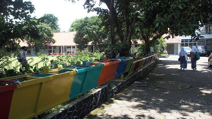 Pembelajaran Tatap Muka (PTM) terbatas pada hari kedua di SMA Negeri 6 Bogor yang berlokasi di Jalan Walet, Kecamatan Tanah Sareal, Kota Bogor, terbagi menjadi tiga waktu untuk setiap tingkatan kelasnya.