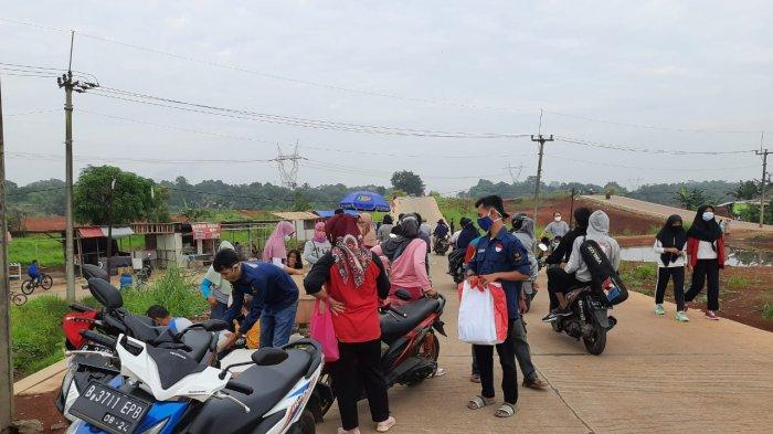 Sosialisasi Bahaya Covid-19, Karang Taruna Desa Kalisuren Bagikan Masker di Tempat Rawan Kerumunan