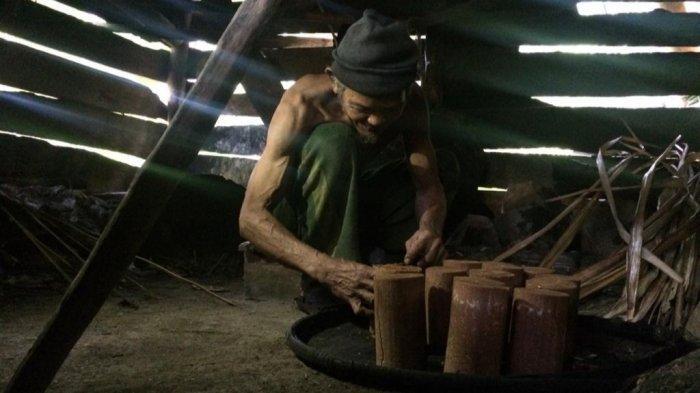 Pembuat gula aren di pelosok Rumpin, Kabupaten Bogor.
