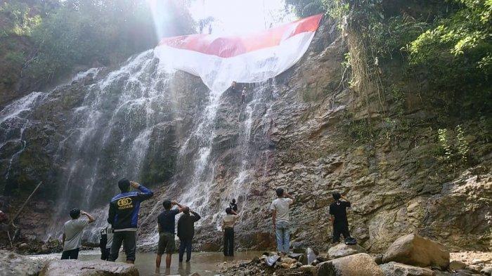 Pemuda di Sukajaya Bogor Bentangkan Bendera Merah Putih di Air Terjun: Simbol Kebangkitan