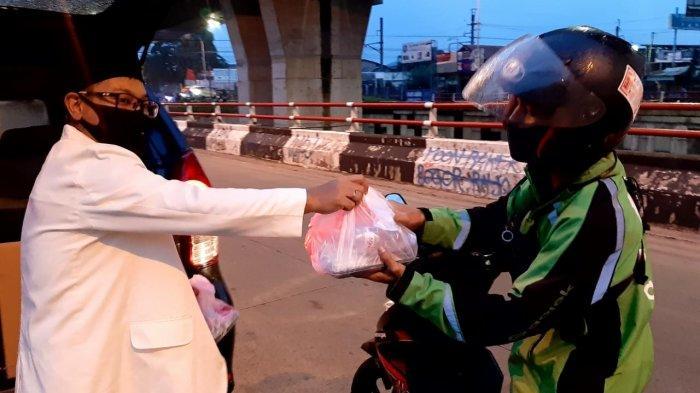 Pemuda Katolik Bagikan Makanan untuk Buka Puasa di Kota Bogor