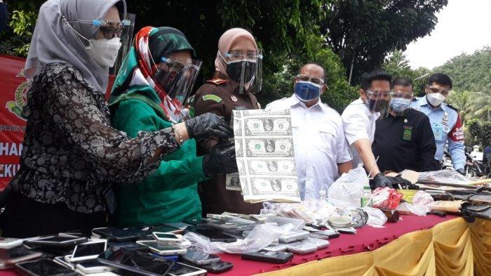 Pemusnahan Barang Bukti, Ribuan Lembar Dolar Palsu Dibakar di Kejari Kota Bogor