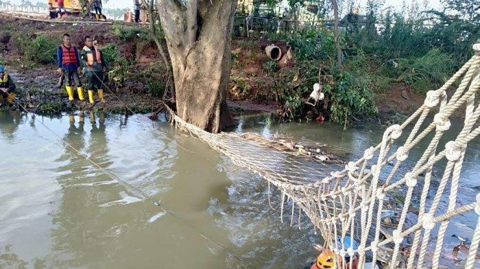 Cari Anak Hanyut di Perumahan Pondok Maharta, Petugas Tebar Jaring di Sungai