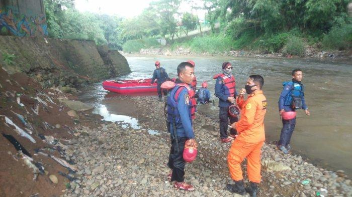 Petugas Gabungan Lanjutkan Pencarian Bocah Hanyut di Sungai Ciliwung Bogor