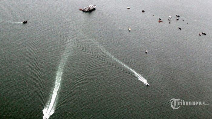 Keluarga Korban Sriwijaya Air SJ 182 Tabur Bunga dari Atas Kapal, Suasana Haru Terasa