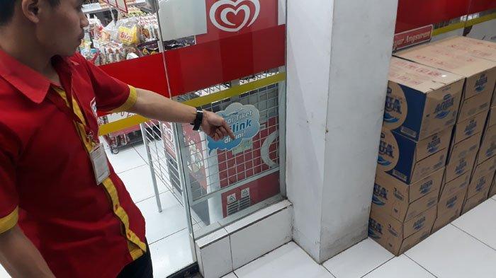 Aksi Pencurian Kotak Amal Di Minimarket Puncak Terekam CCTV, Turun Mobil Pakai Sarung