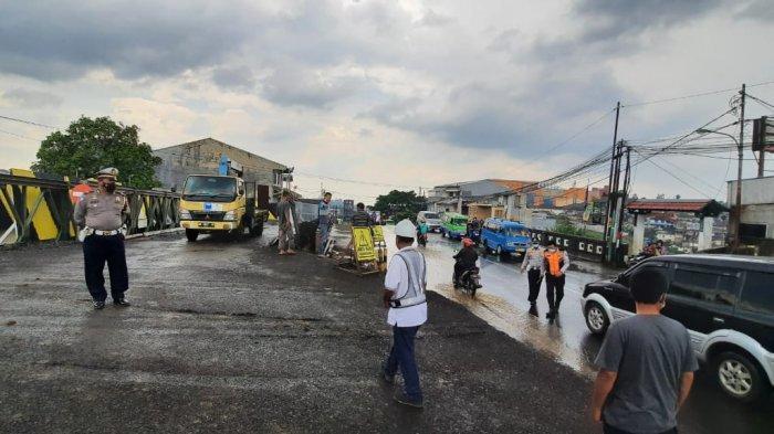 Satlantas Polresta Bogor Kota melakukan pengalihan arus lalu lintas di ruas Jalan Pahlawan, Kecamatan Bogor Selatan dan Jalan Paledang Kecamatan Bogor Tengah.
