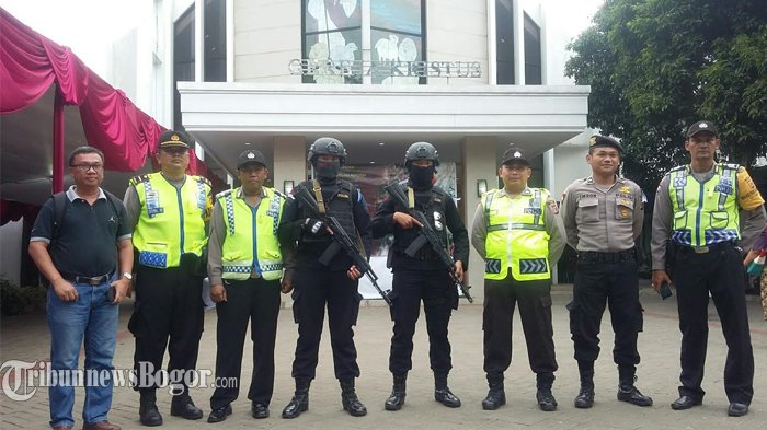 Amankan Malam Natal, Polisi Bersenjata Laras Panjang Berjaga di Tiap Gereja di Kabupaten Bogor