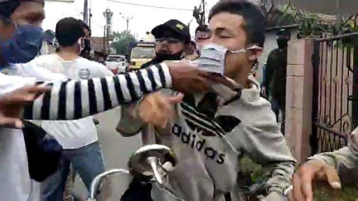 VIDEO Pemuda Pukul Petugas saat PSBB di Bogor: Seorang Terluka, Pelaku Kini Diamankan Polsek