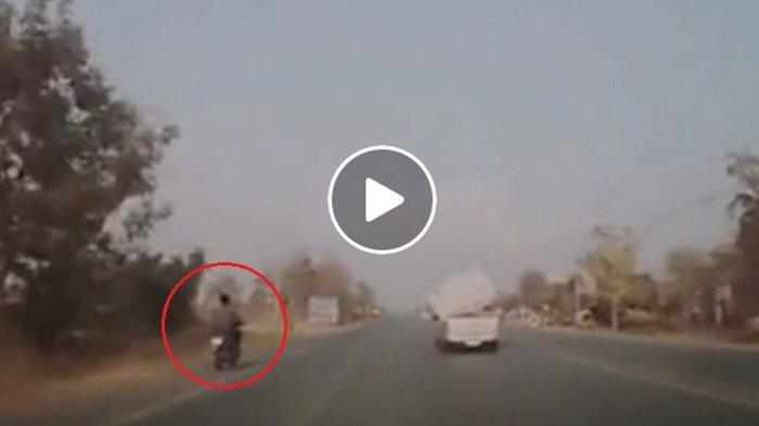 Mimpi Apa Semalam Pria Ini Tiba-tiba Ditabrak Benda Besar di Jalan, Videonya Mengenaskan