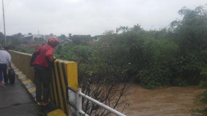 Air Kali Ciliwung Naik Jadi Tontonan Warga di Jalan Sholeh Iskandar Bogor