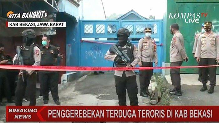 Penggerebekan lokasi terduga teroris di Bekasi, Jawa Barat, Senin (29/3/2021).