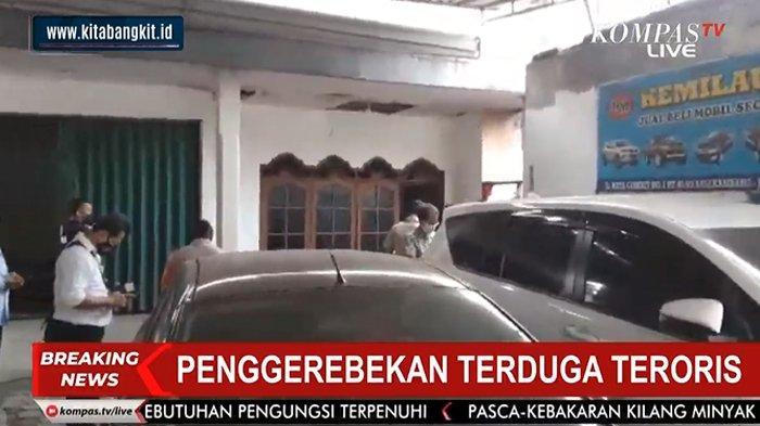 Penggerebekan lokasi terduga teroris di Condet, Jakarta Timur, Senin (29/3/2021).